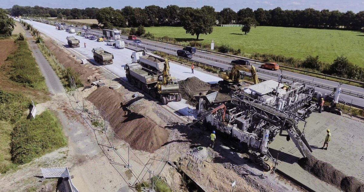 Die pünktliche Lieferung des Betons ist wichtig, damit die Fahrbahn ohne Verzögerungen gebaut werden kann.