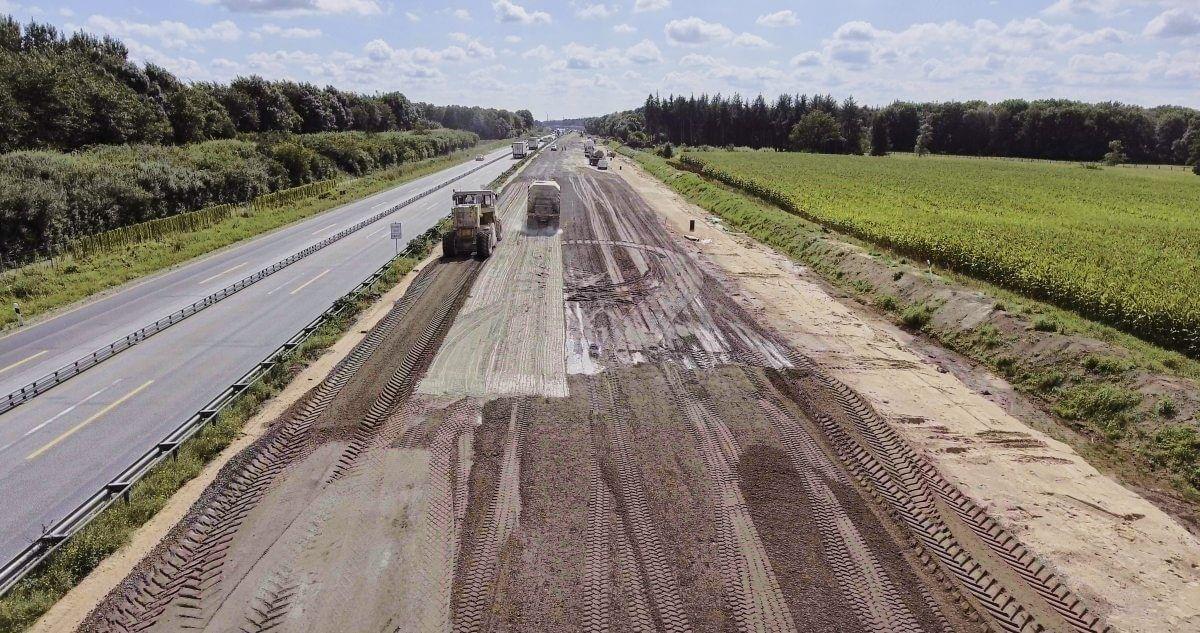 Die Bodenverfestigung ist ein wichtiger Schritt beim Straßenbau, der die Tragfähigkeit der Fahrbahn erhöht.