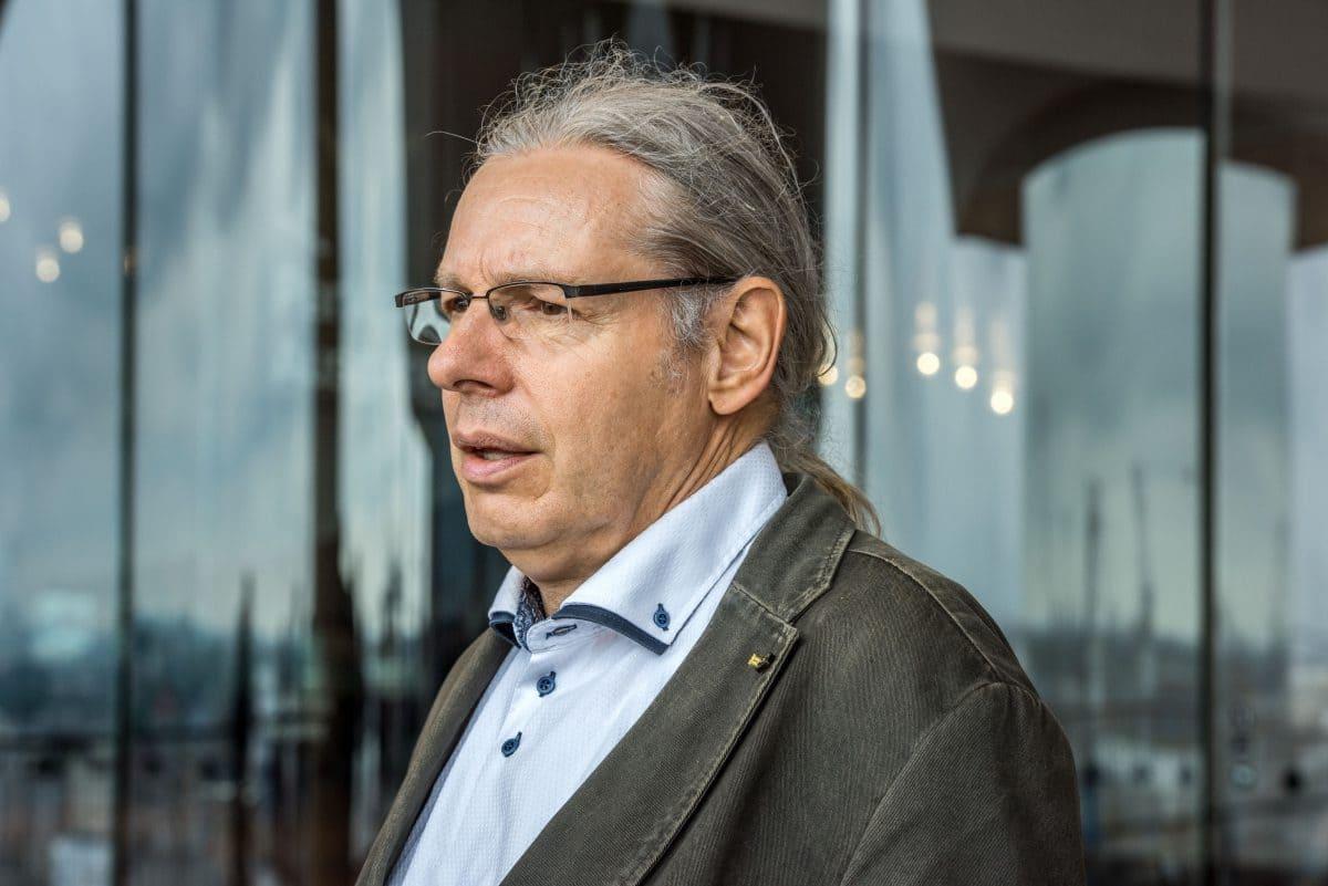 Ehemaliger Leiter der Betontechnologie von HOCHTIEF Hamburg. Heute ist Henze Teamleiter bei der Kiwa GmbH in Hamburg.
