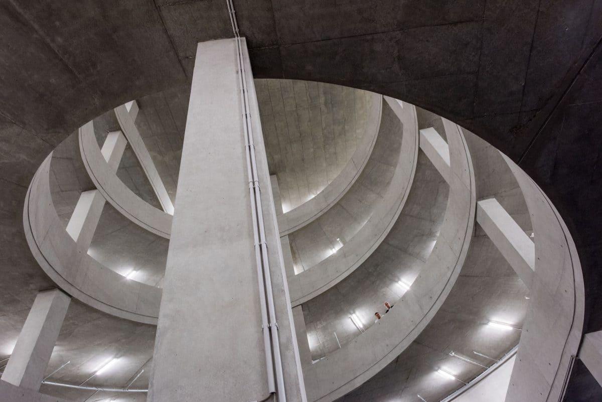 Dimitri Prudowski und Wolfgang Henze bestaunen das Parkhaus in Sichtbetonqualität.