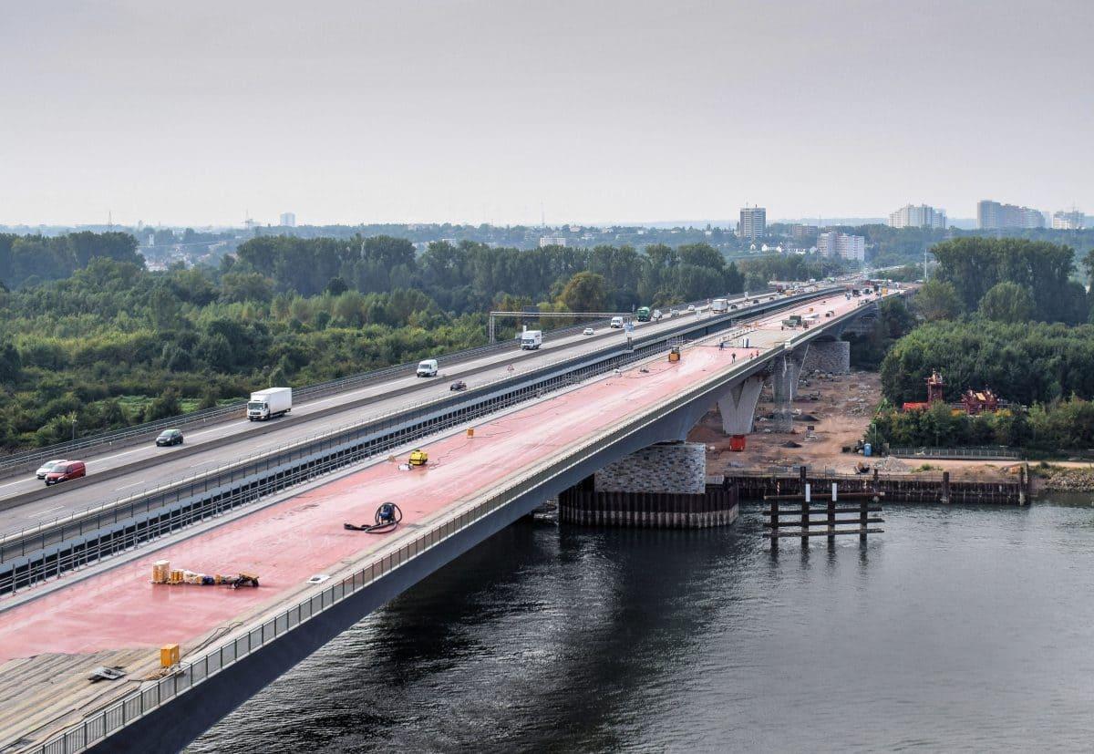 Der Stand im August 2017: Der erste Teil der neuen Brücke ist fertig, der Abriss der alten Rheinbrücke steht kurz bevor. Bis Mitte 2021 soll der gesamte Neubau abgeschlossen sein.