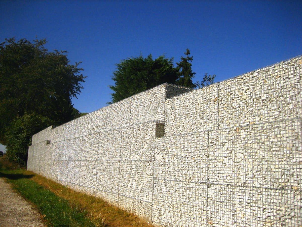 Zu dem breiten Sortiment gehören auch Gabionensteine (Foto), Findlinge sowie Edel- und Ziersplitte.