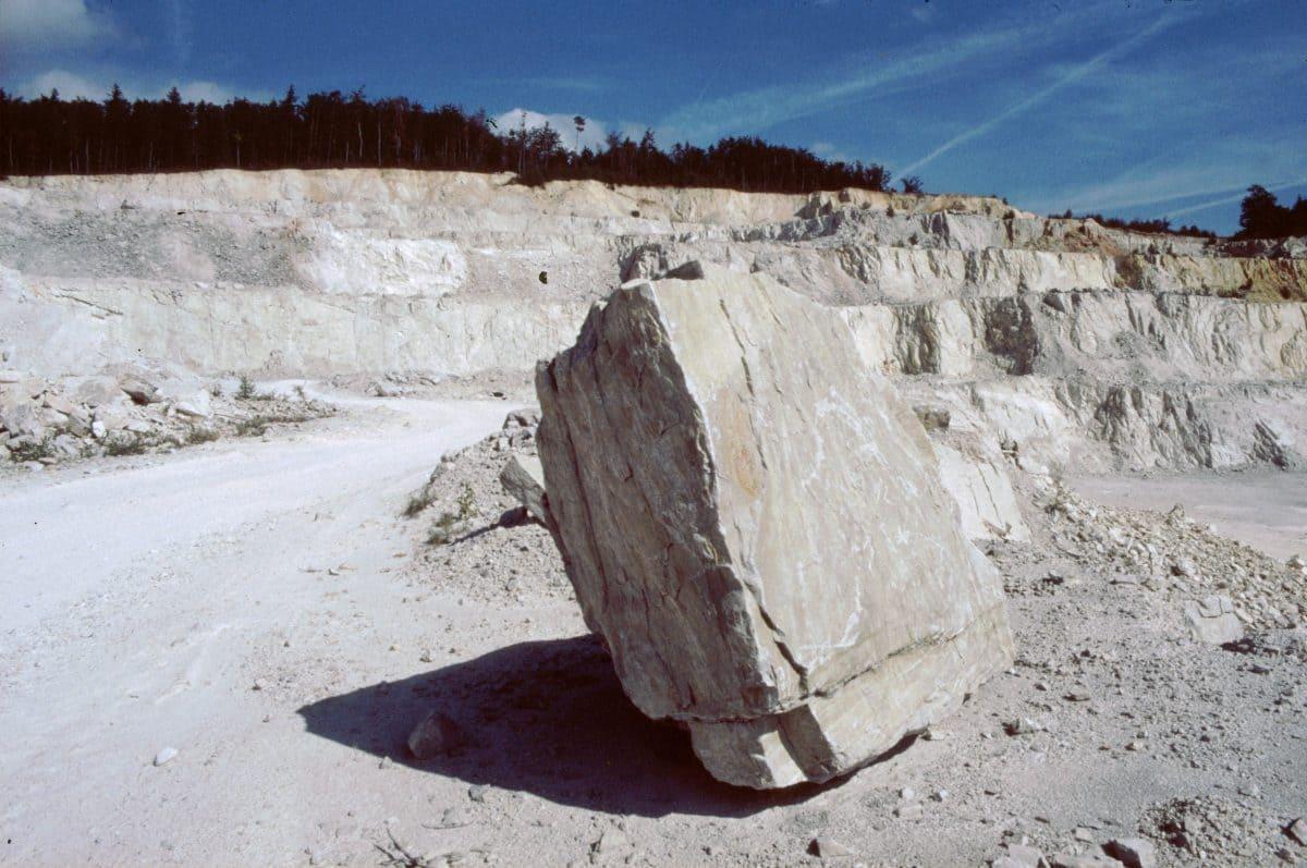 Das helle Gestein türmt sich in mehreren Abbausohlen in die Höhe. Damit die Kunden auch weiterhin von dem besonderen Produkt profitieren, werden die Flächen schrittweise rekultiviert.