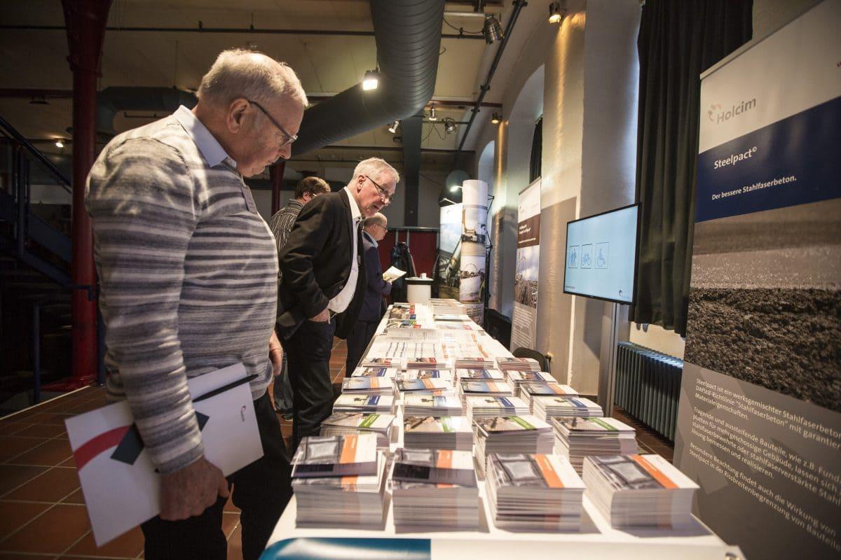 Am Rande der Veranstaltung lagen diverse Produktbroschüren für die Besucher aus.