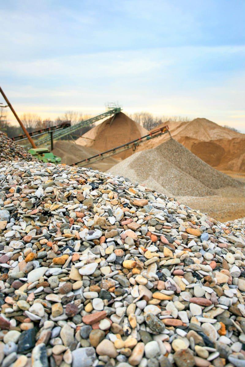 Kern der Produktion ist die Gewinnung, Aufbereitung und Sortierung des Rohmaterials.