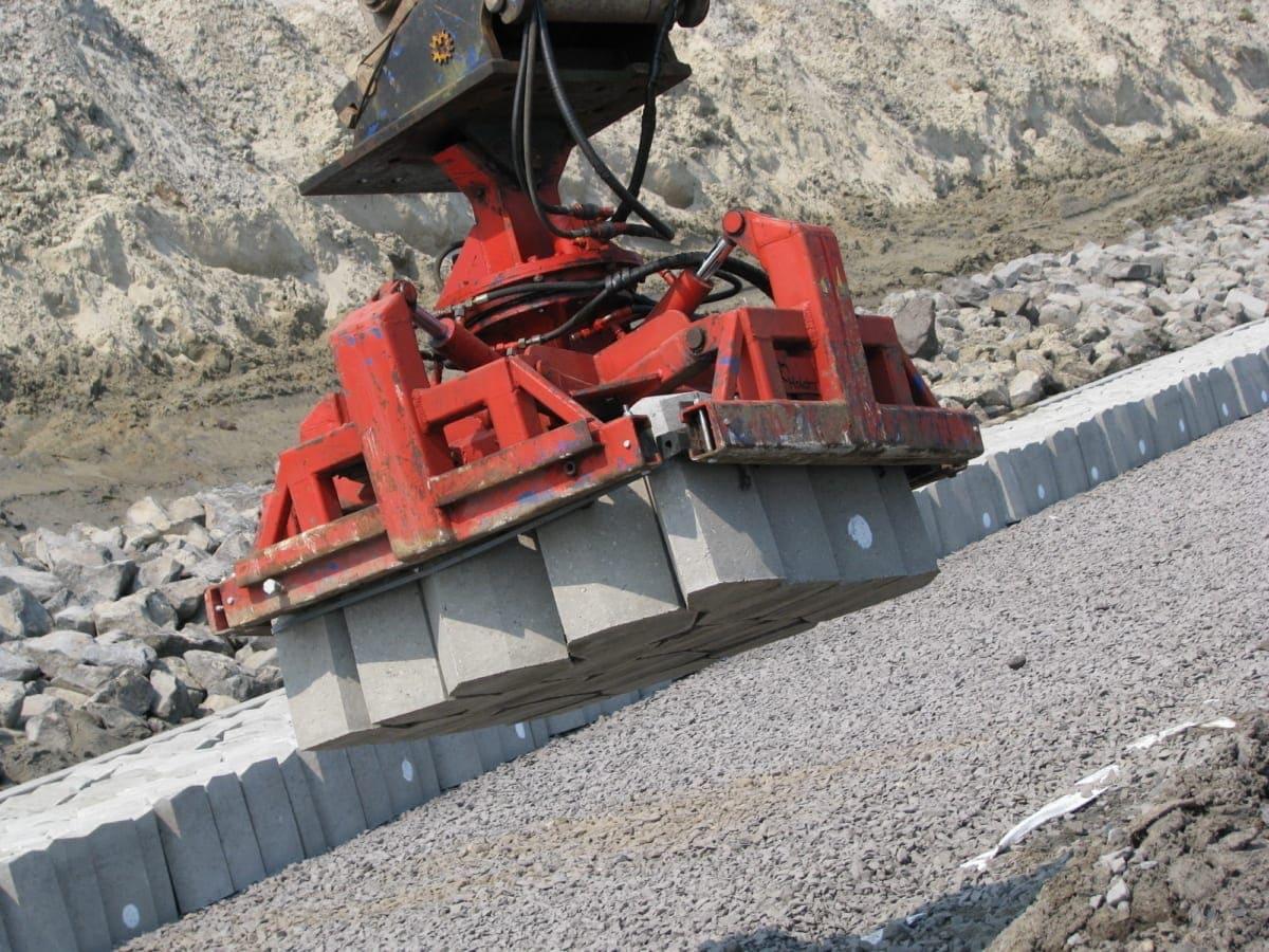 Ein großer Vorteil: Die Betonsäulen werden maschinell gesetzt. Das spart Zeit und Kosten.