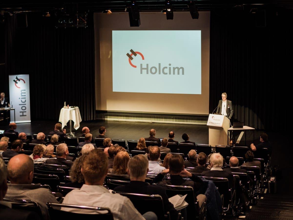 Thorsten Hahn, Vorsitzender der Geschäftsführung der Holcim (Deutschland) GmbH, begrüßt die Gäste