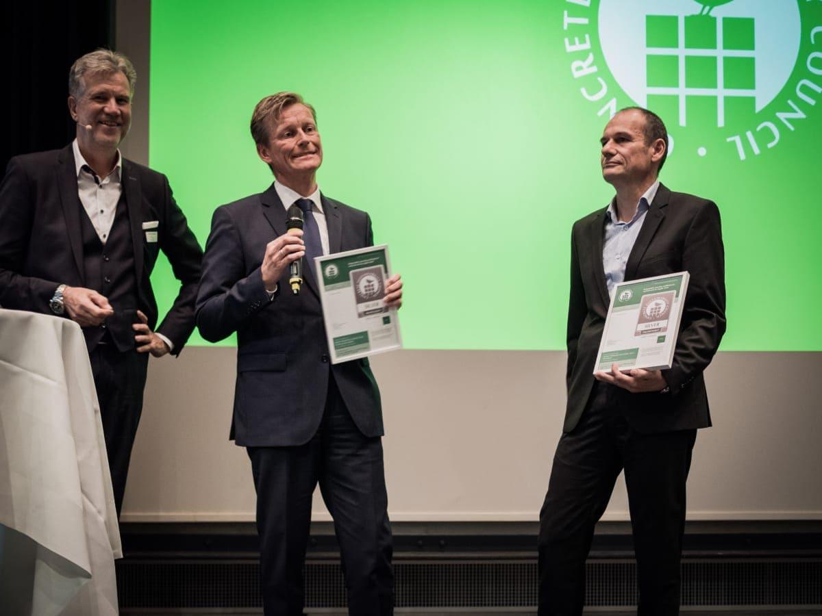 Dr. Olaf Aßbrock, Hauptgeschäftsführer des Bundesverbandes Transportbeton (links), überreicht die CSC-Zertifikate an Eberhard Liebig, Leiter Produktmanagement Zement.