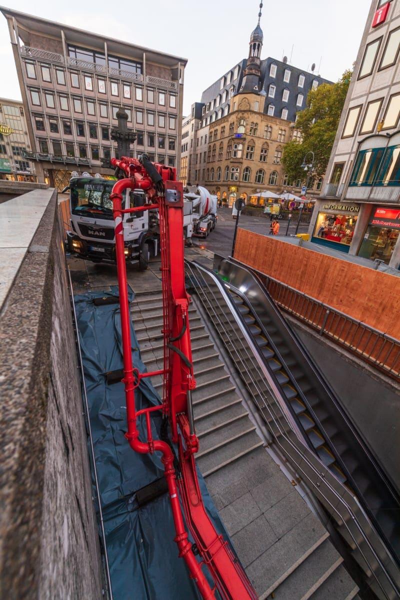 Dort wo normalerweise die Fahrgäste in den U-Bahn-Schacht gehen, wurde die Pumpleitung entlanggeführt.