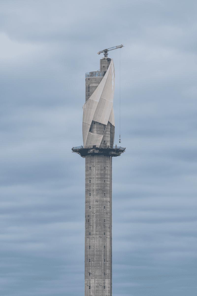 Im ThyssenKrupp Testturm in Rottweil steckt Zement von Holcim und dahinter der Entwurf von Werner Sobek und Helmut Jahn.  Der Betonschaft ist mit einer Stoffhülle aus Glasfasergewebe verkleidet.