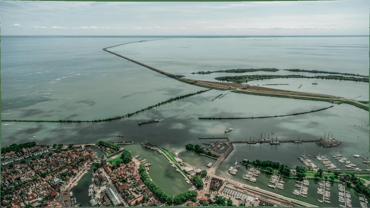 Der Damm vor der Renovierung. Aufgenommen vom Hafen in Enkhuizen mit Blick Richtung Lelystad.