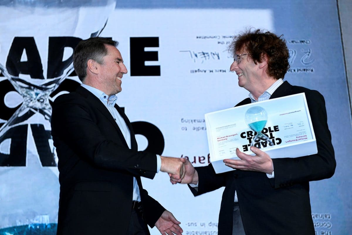 """Jan Jenisch, CEO LafargeHolcim (links), überreicht Michael Braungart den """"Catalyst Award"""" und würdigte damit seine Vorreiter-Rolle zu Themen der Nachhaltigkeit."""