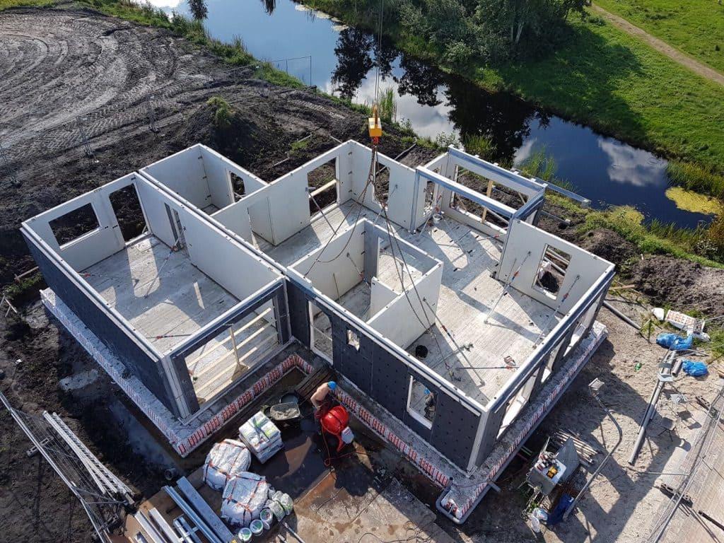 Der Bauherr dieses Einfamilienhauses im niederländischen Heerenveen ließ sich sein Eigenheim nach eigenen Vorstellungen komplett mit vorgefertigten Bauteilen bauen.