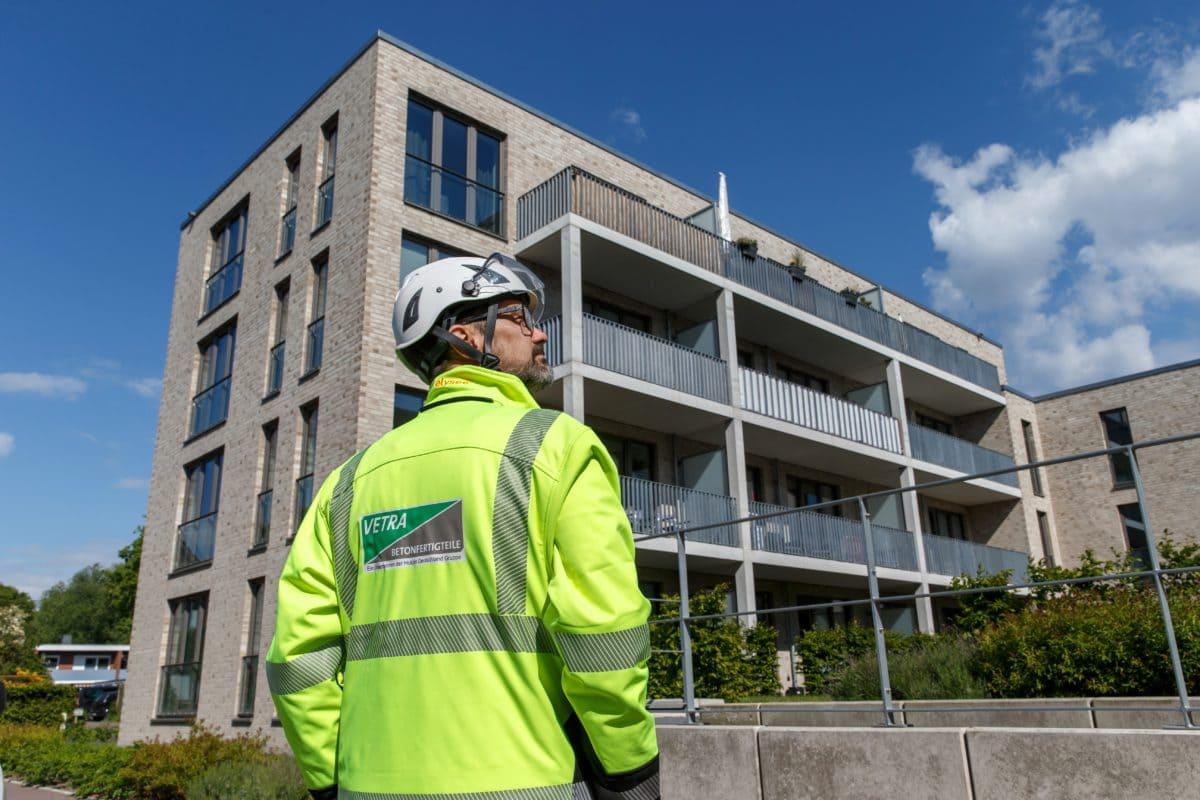 Die Neubauten wurden im Auftrag der Bauunternehmung Heinz Diekgerdes GmbH gebaut. VETRA steuerte diverse Betonfertigteile bei.
