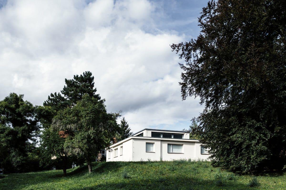 Auf einer Grundfläche von 12 x 12 Metern konstruierte der Bauhausmeister Georg Muche baukastenartig in einem nahezu symmetrischen Grundriss alle Räume des Hauses um den zentralen Wohnraum.