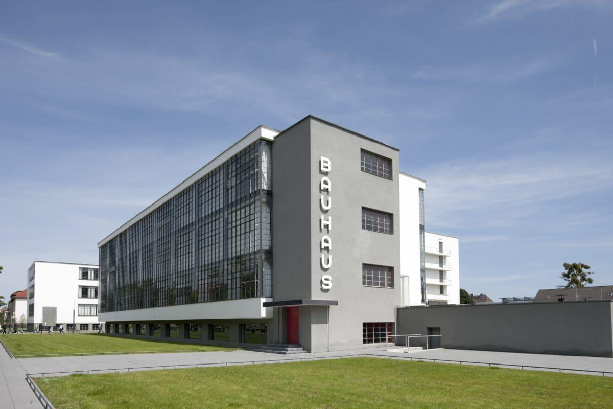 Beton war und ist das Material der Moderne. So wurde das Bauhausgebäude in Dessau mit den damals richtungsweisenden Materialien wie Glas und Stahlbeton.