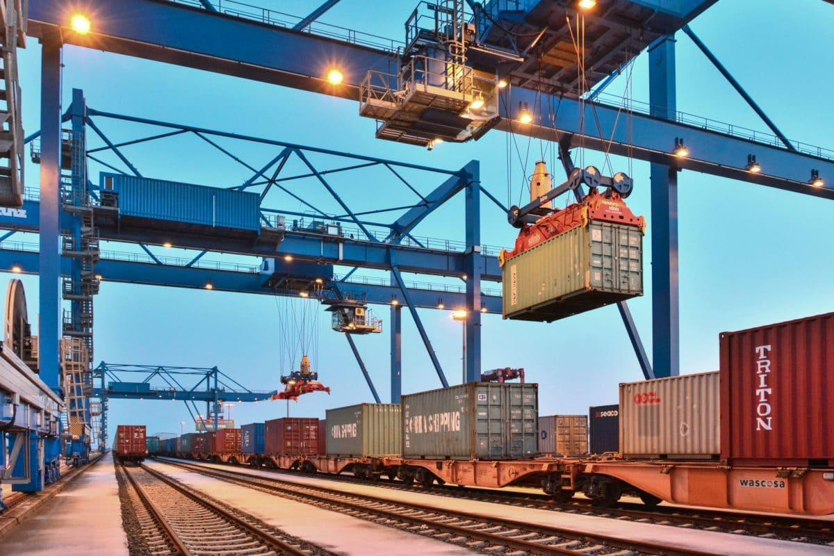 Vom Schiff auf die Schiene. Der sechsgleisige Terminal des JadeWeserPorts verfügt über fünf Portalkräne.