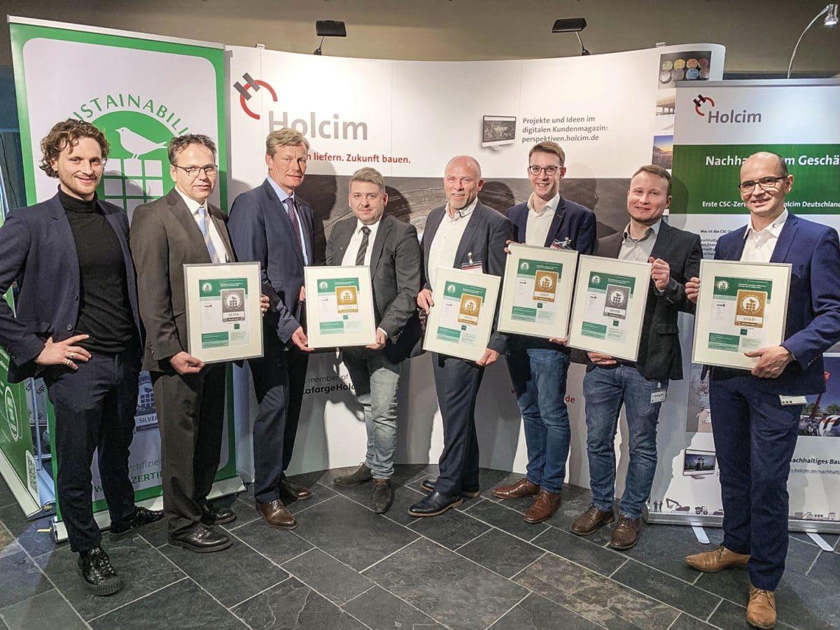 Sechs Holcim Standorte erhielten während der BetonTage in Neu-Ulm offiziell CSC-Zertifikate in Gold und Silber. Bei der Zertifikatsübergabe waren mehrere Holcim Kollegen anwesend.