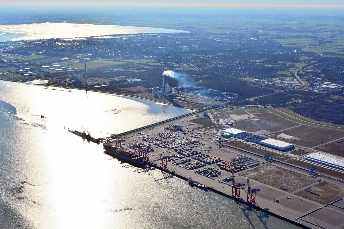 An der rund 1.725 Meter langen Kajeanlage legen die größten Containerschiffe der Welt an – aufgrund der Wassertiefe von 18 Metern tideunabhängig sogar bei voller Beladung.