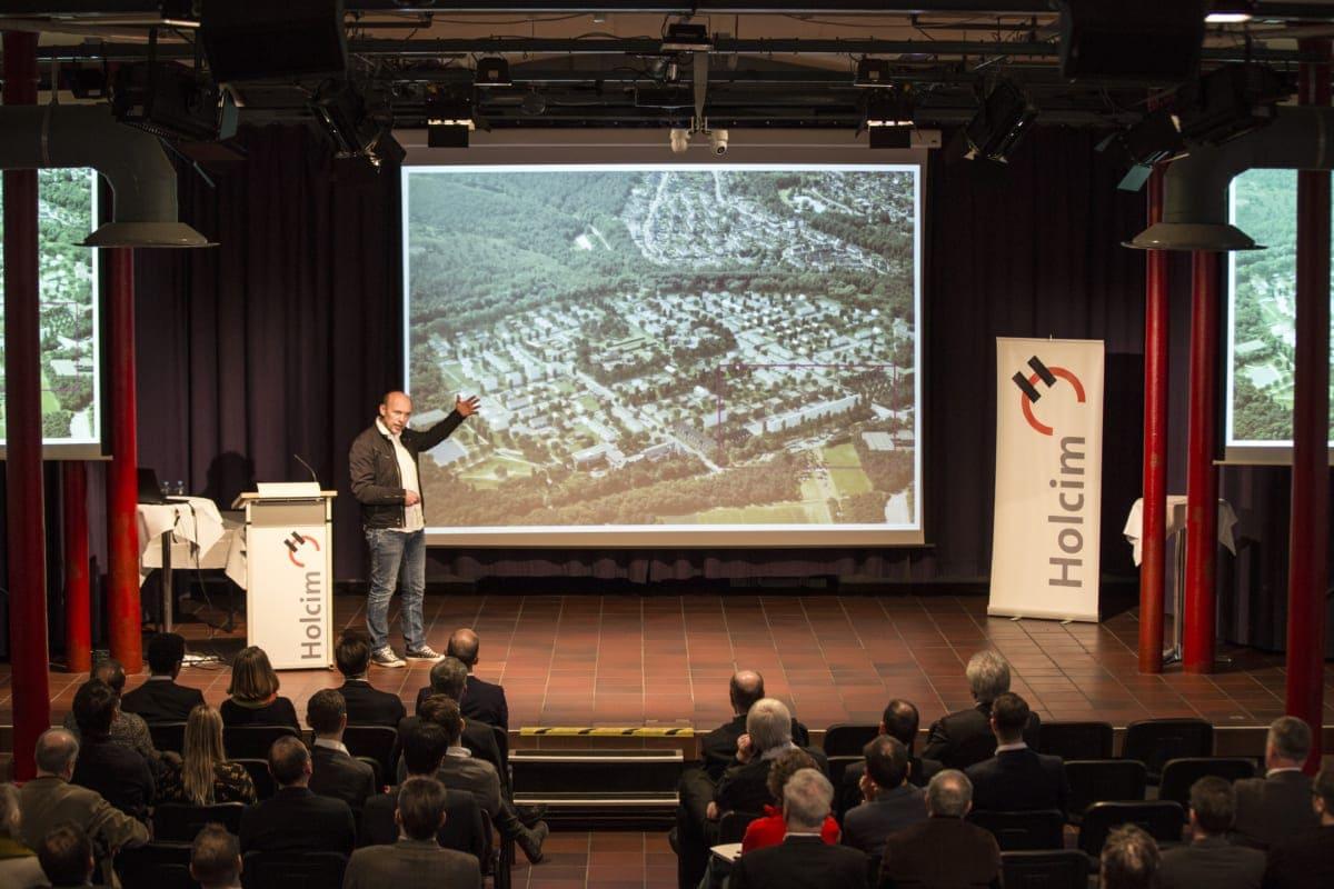 Der Architekt Peter Haimerl sprach über modulare Bauweisen und führte sein Publikum durch diverse Projekte.