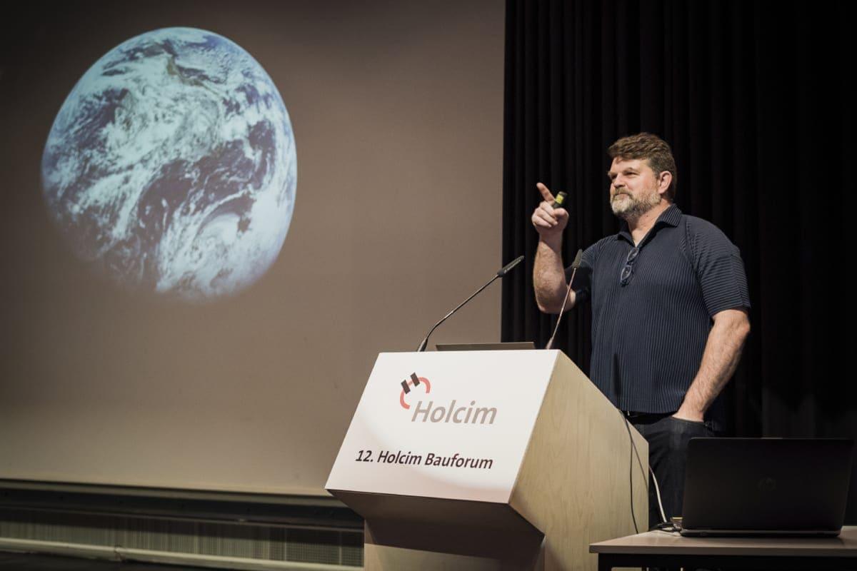 """Der Architekt Kai-Uwe Bergmann ging in seinem Beitrag unter anderem auf die Frage """"wie bauen wir morgen?"""" ein."""