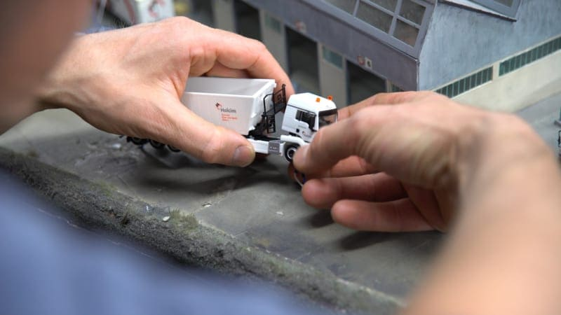 holcim-truck-reparatur-miniatur-wunderland