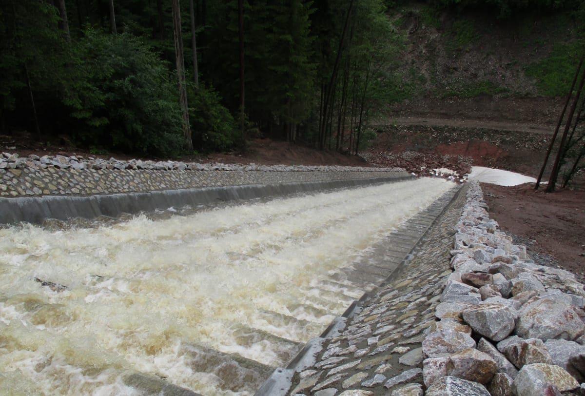 In Zusammenarbeit mit Arcadis Germany GmbH hat das Unternehmen Claus Pfeifenbring die hydraulische Berechnung realisiert, um die Wassermengen über die Kaskaden abführen zu können.