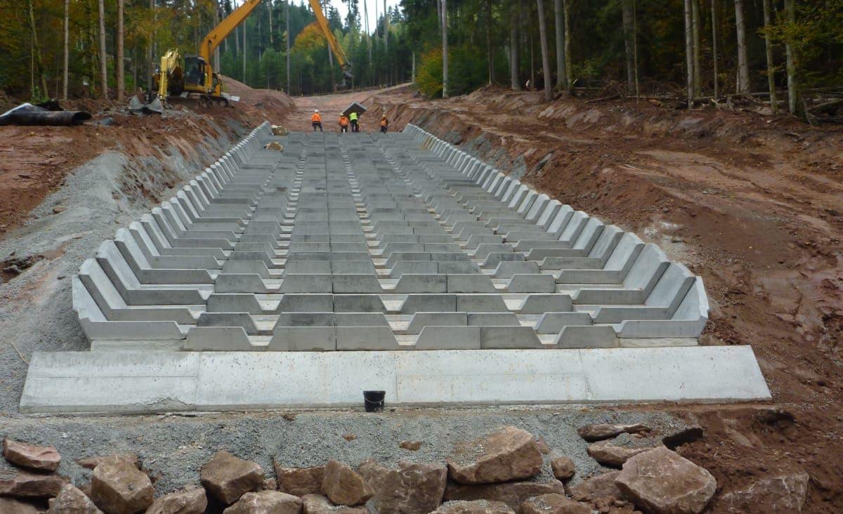 Vor Ort werden die einzelnen Betonelemente sorgfältig eingebaut.