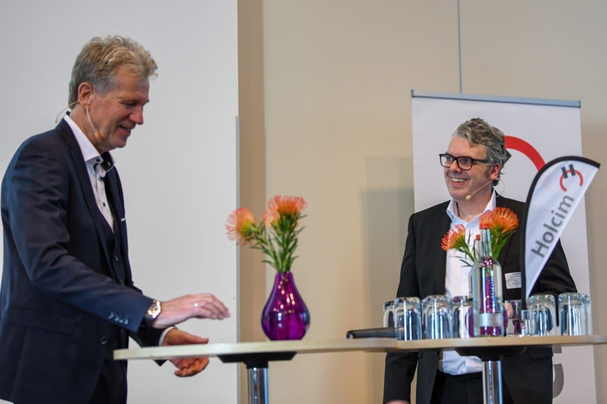 Der Moderator Peter von Sassen und Holcim CEO Thorsten Hahn.