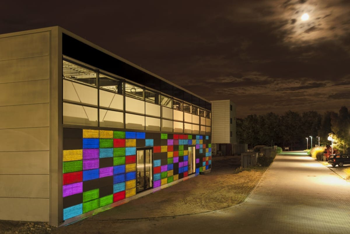 Dieses Gebäude der RWTH Aachen zieht die Blicke besonders im Dunkeln auf sich – dank der lichtleitenden Betonelemente von Lucem.