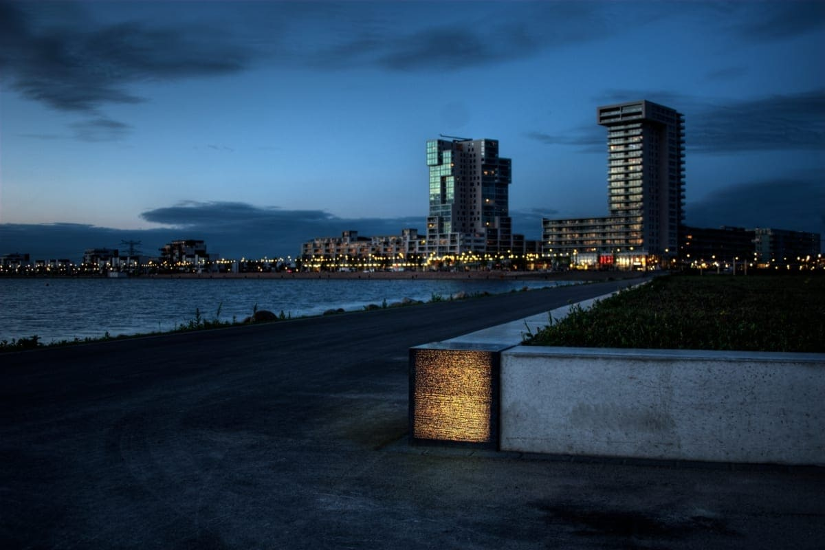 Diese leuchtenden Betonelemente sind in einem Park nahe des Rotterdamer Hafens zu finden.