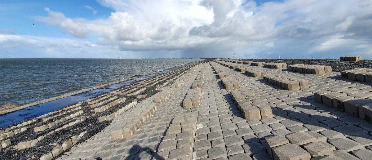 Bereits realisierter Abschnitt des Afsluitdijk mit Holcim Basalton Quattroblocks.