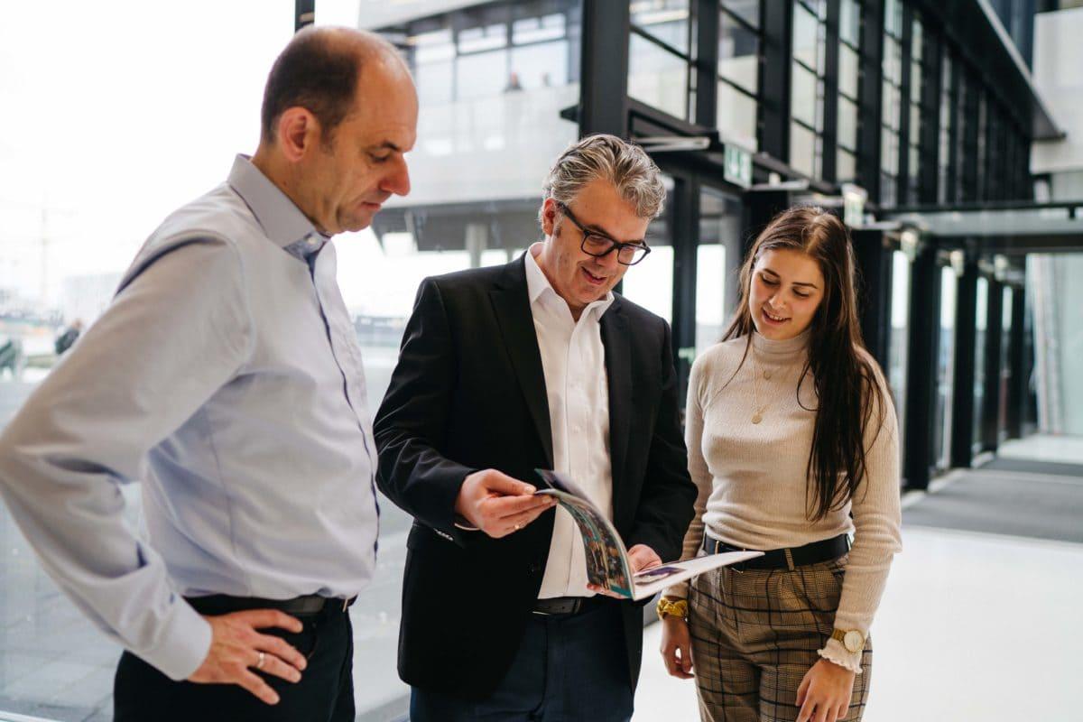 Thorsten Hahn (Mitte) nennt als Ziel,  Architekten, Planer, Investoren und Bauherren direkt zu erreichen, um die Nachfrage nach nachhaltigen Produkten zu erhöhen.
