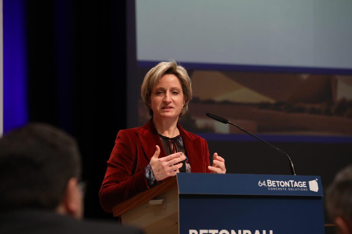 Dr. Nicole Hoffmeister-Kraut, Ministerin für Wirtschaft, Arbeit und Wohnungsbau Baden-Württemberg, sprach über innovatives Bauen.