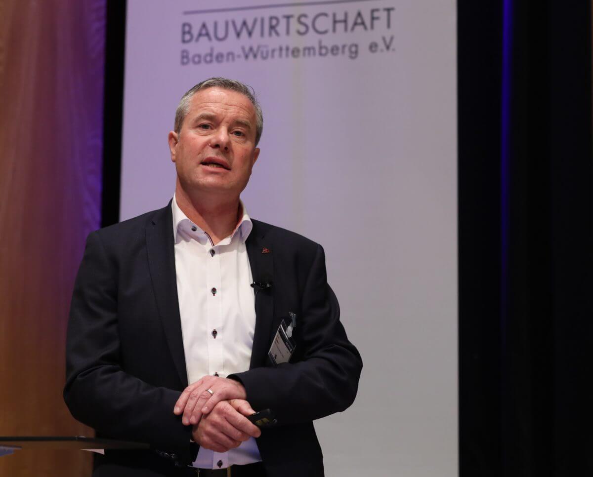 Hagen Aichele, Regionalleiter Beton Süd, referierte über die Möglichkeiten von ressourcenschonendem Beton.