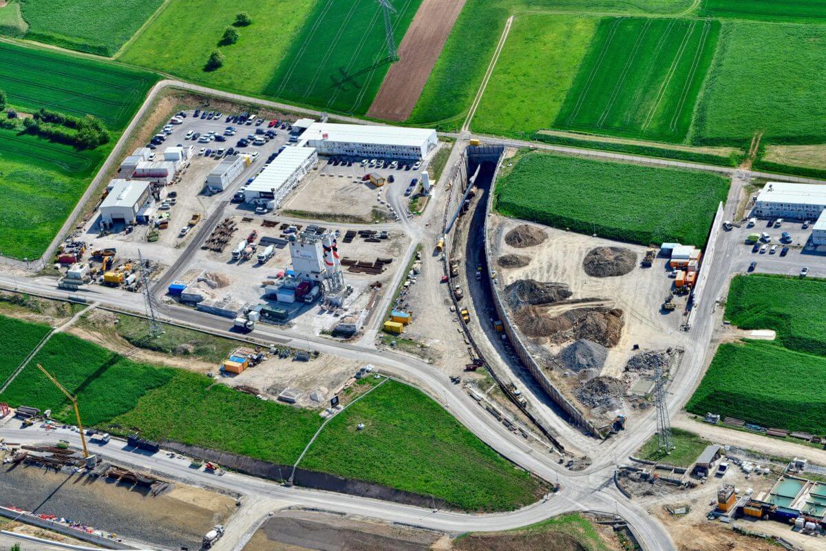 Direkt neben der Baustelle produzierte Holcim den Beton für die Tübbinge.