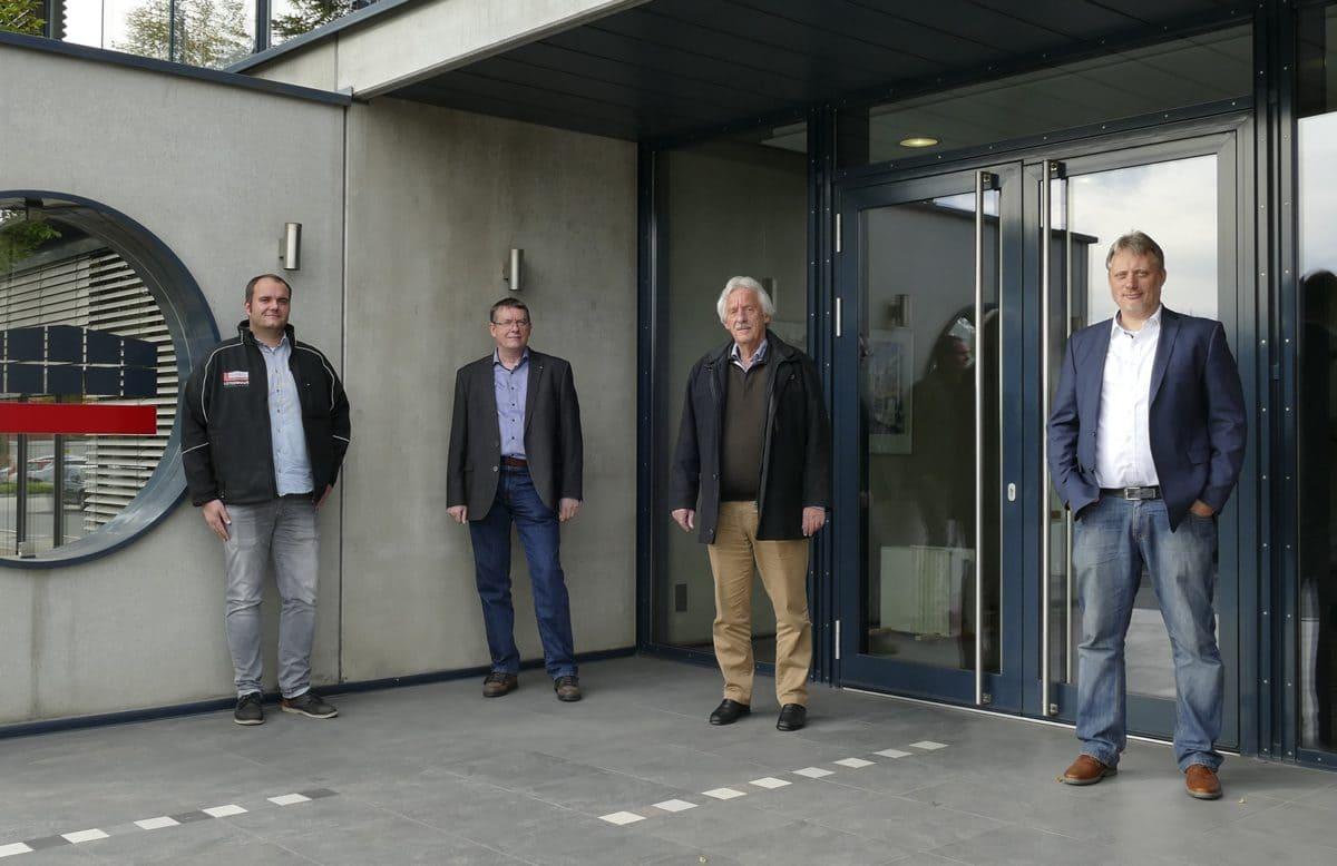 (v. l.) Robert Kocks (B. Lütkenhaus), Helmut Eckhardt (Holcim Produktmanagement), Ulrich Lütkenhaus (geschäftsführender Gesellschafter) und Werner Bilbang (Holcim Vertrieb) sind zufrieden und wollen sowohl die Partnerschaft als auch die Produkte ausbauen.