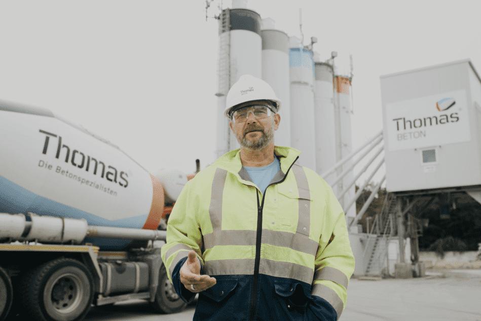 Rens Riegel, Anlagenführer im Thomas Beton Werk in Heiligenhafen, nutzt die App und freut sich, dass seine Arbeit dadurch erleichtert wird.