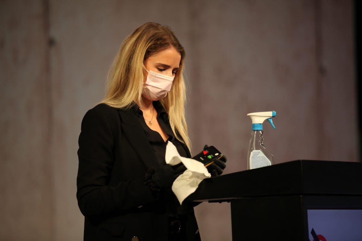 Im Fernsehstudio in Hannover folgten alle Anwesenden einem strengen Hygienekonzept – dazu gehörte auch, dass das Rednerpult und die Fernbedienung nach jedem Gebrauch desinfiziert wurden.