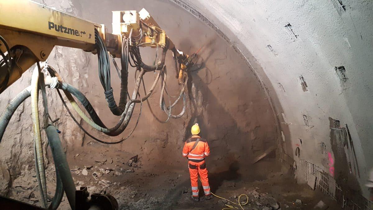 Beim Bau des Albvorlandtunnels in Baden-Württemberg wurde der Spritzbeton direkt auf die armierte Oberfläche der Tunnelaushöhlung gespritzt.