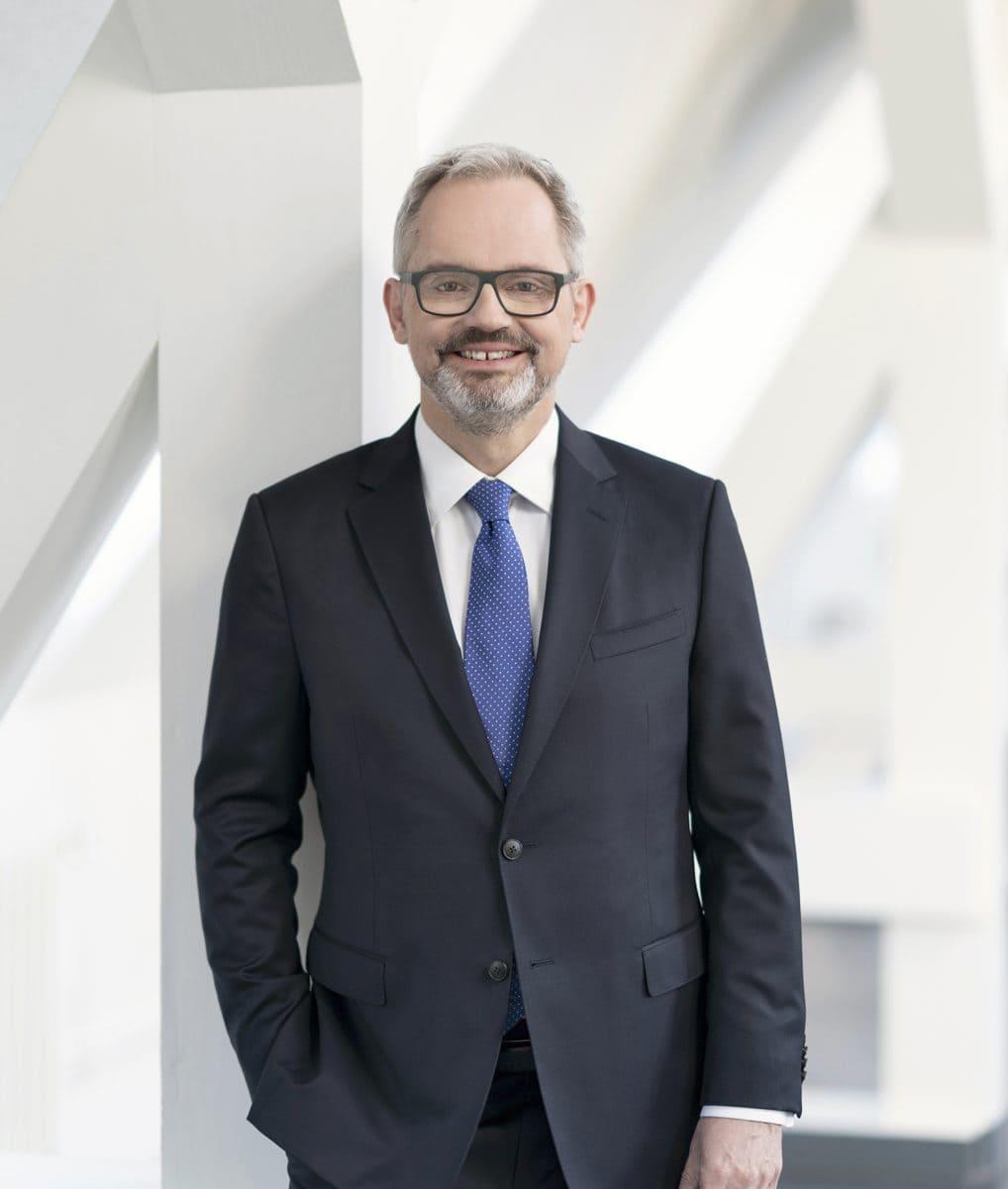 Der Diplomingenieur und Immobilienökonom Hendrik Thomson sieht für die Immobilienwirtschaft vor allem zwei Hebel, um den Klimasschutz voranzutreiben – die Minimierung des Energiebedarfs sowie den Einsatz möglichst wenig CO2-intensiver Energieträger.